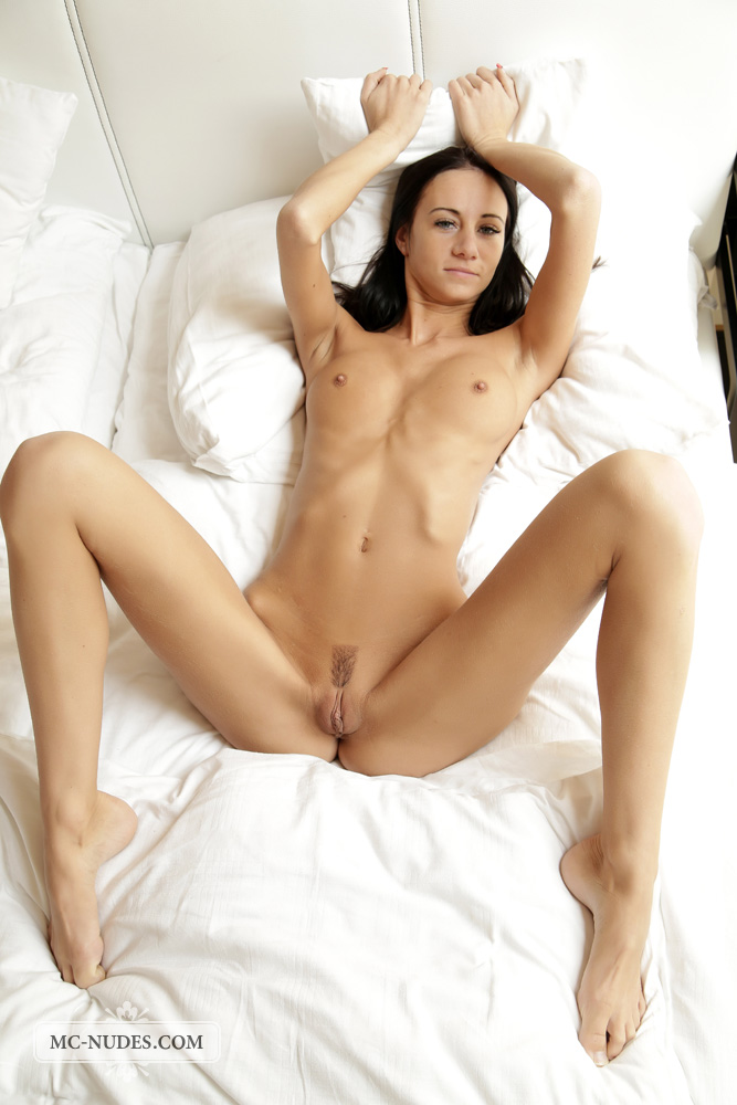 eveline_nude_on_the_bed-9.jpg