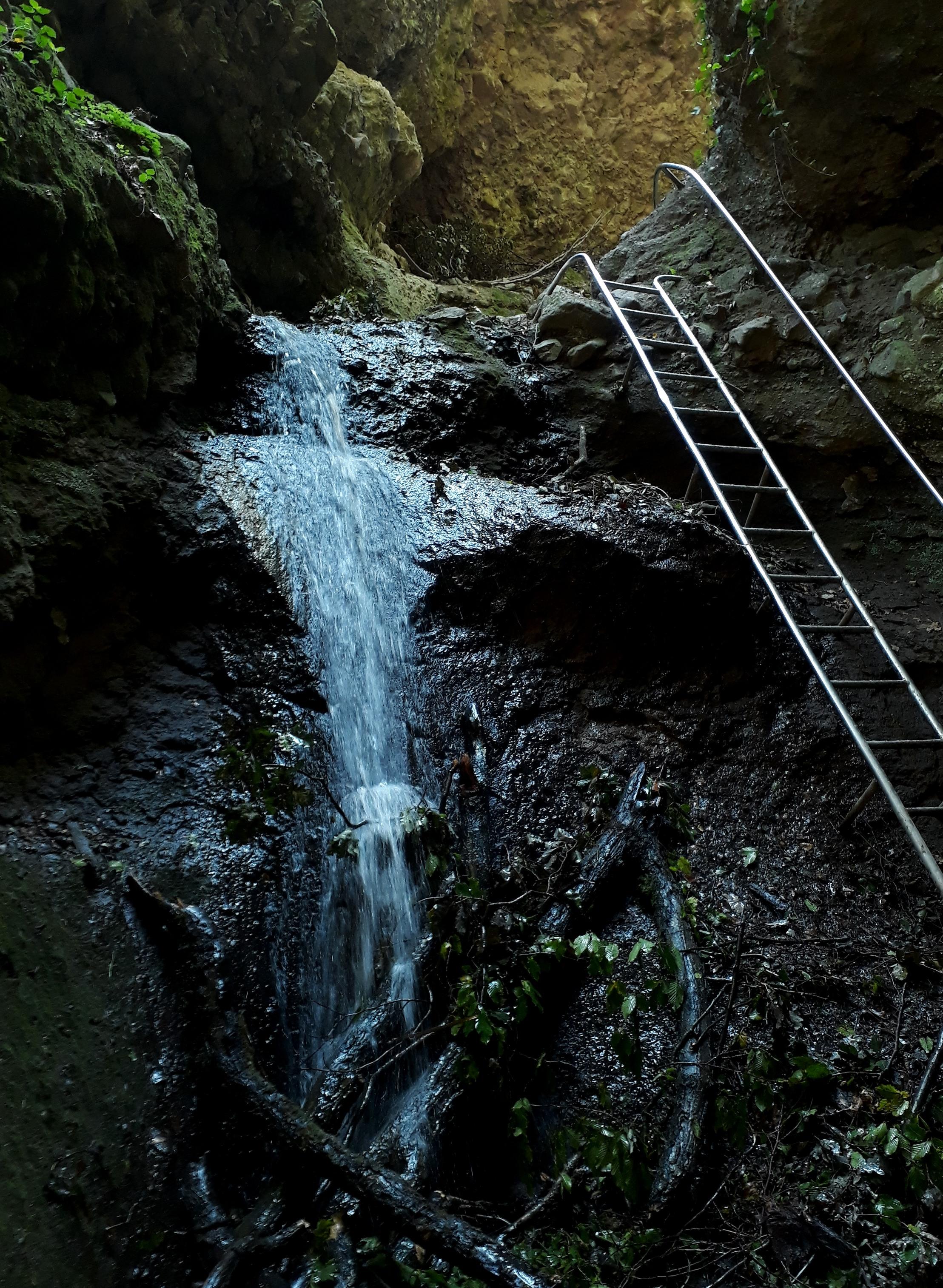 Nem könnyű terep, de a mászást különböző korlátok és létrák segítik. Így nem unalmas, és kifejezeten élvezetes lesz a kirándulás.