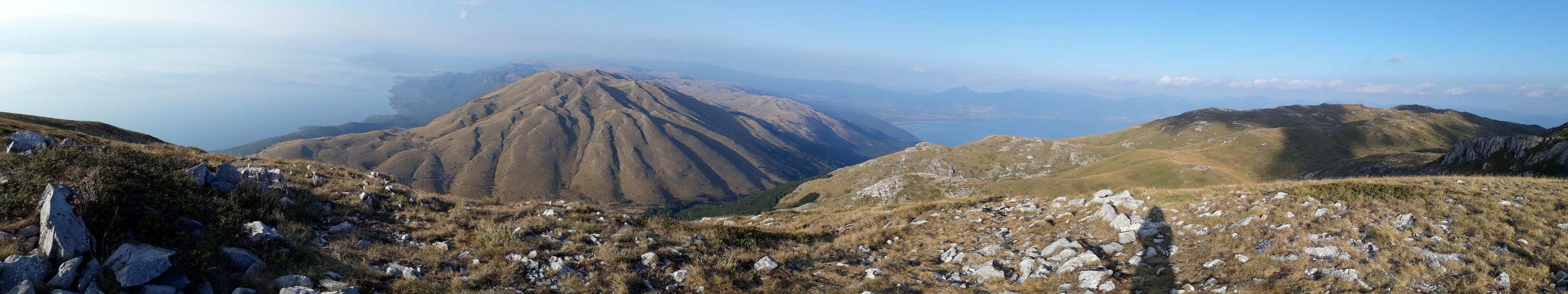 A hegytetőről mind az Ohridi-tóra, mind pedig a Prespa-tóra csodás kilátás nyílik.