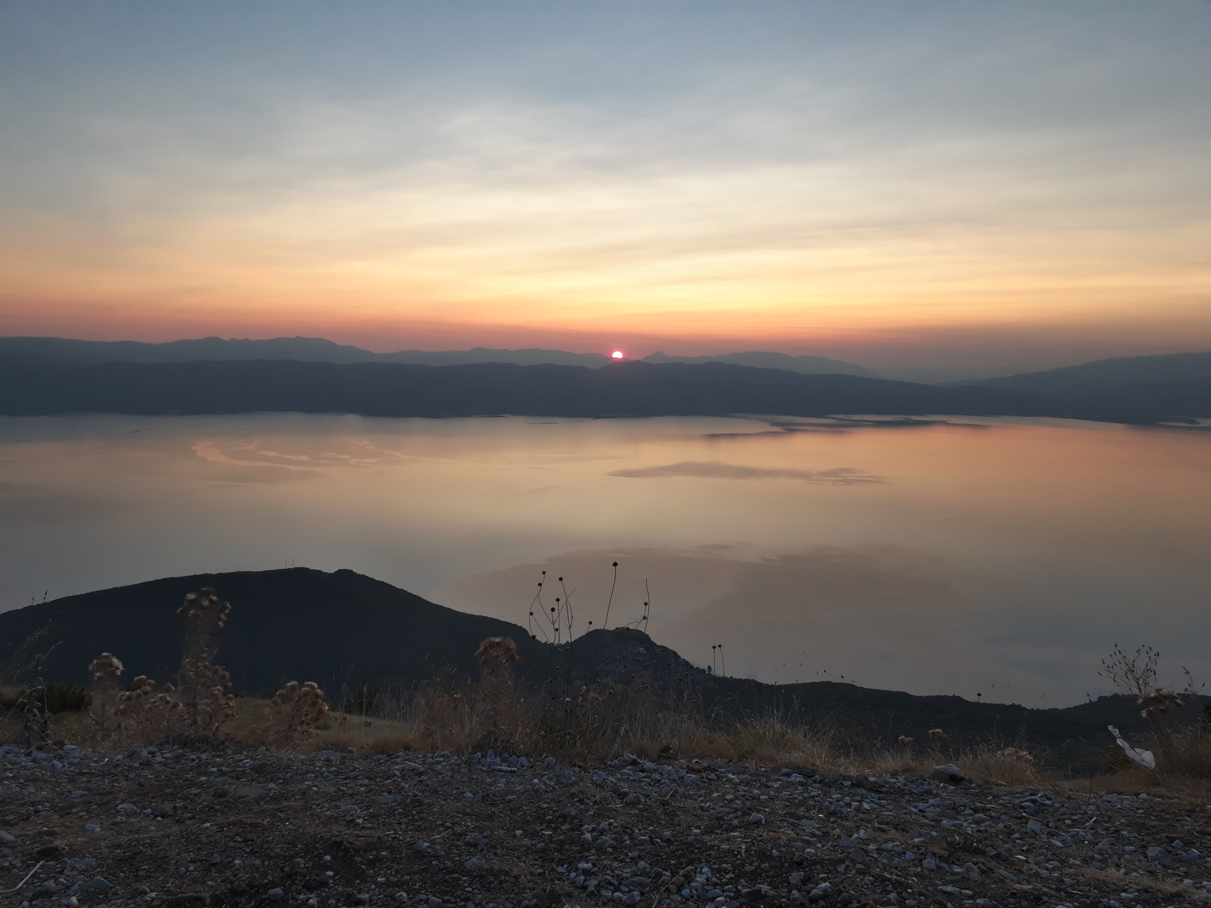 Lefele érdemes úgy időzíteni, hogy lássuk a naplementét, mert egyszerűen gyönyörű a tó felett.