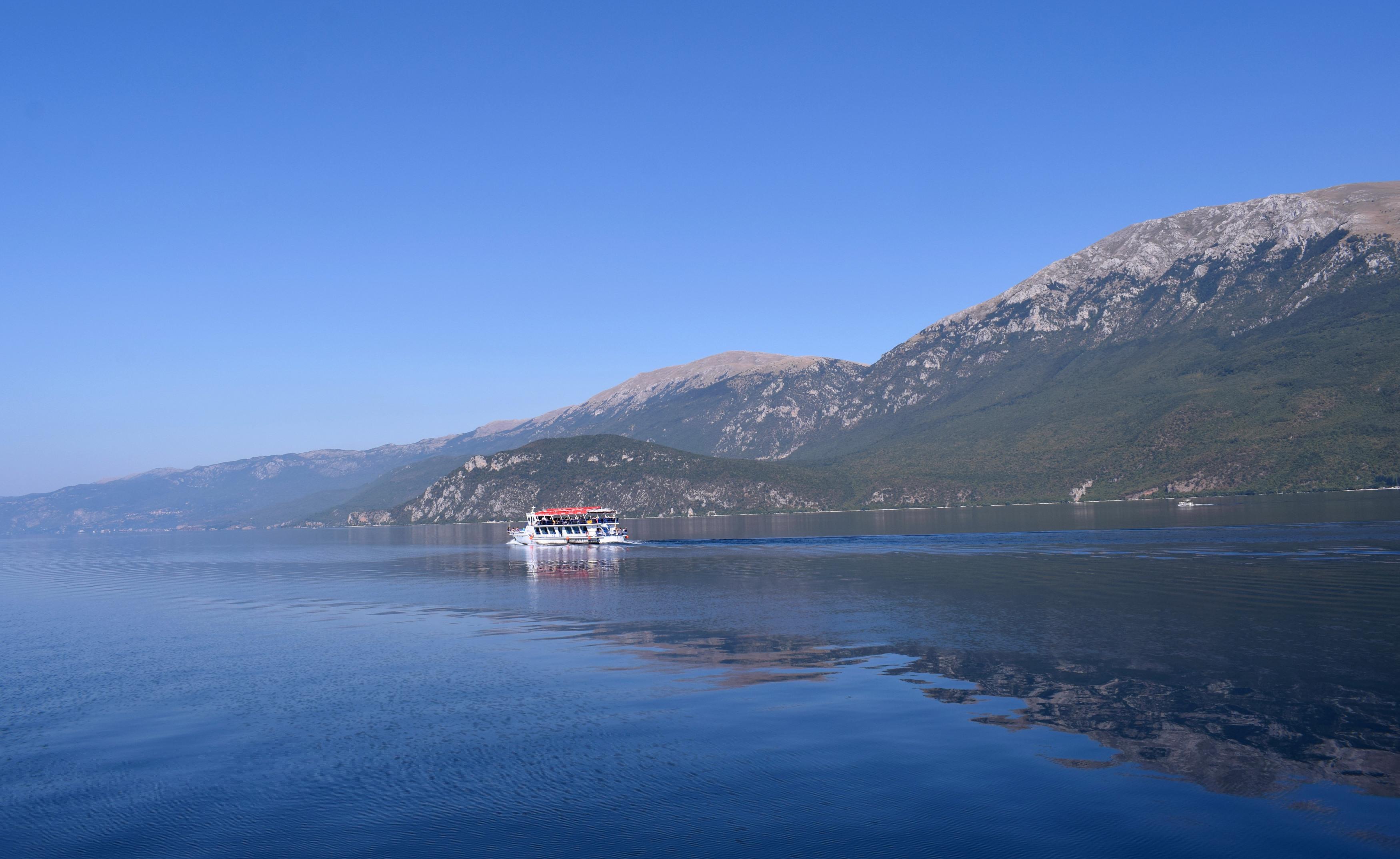 Ha több időt töltünk a tó mellett mindenképp érdemes elmenni egy hajókirándulásra. Minden nap tízkor indulnak járatok Saint Naumba és háromkor mennek vissza Ohridba. A víz tisztasága és átlátszósága miatt kissé olyan érzés, mintha, tengeren lennél. Ugyanakkor mivel nagyon gyorsan mélyül így végig a part közelében marad a hajó, és majdnem a teljes macedón részt közelről megcsodálhatjuk.