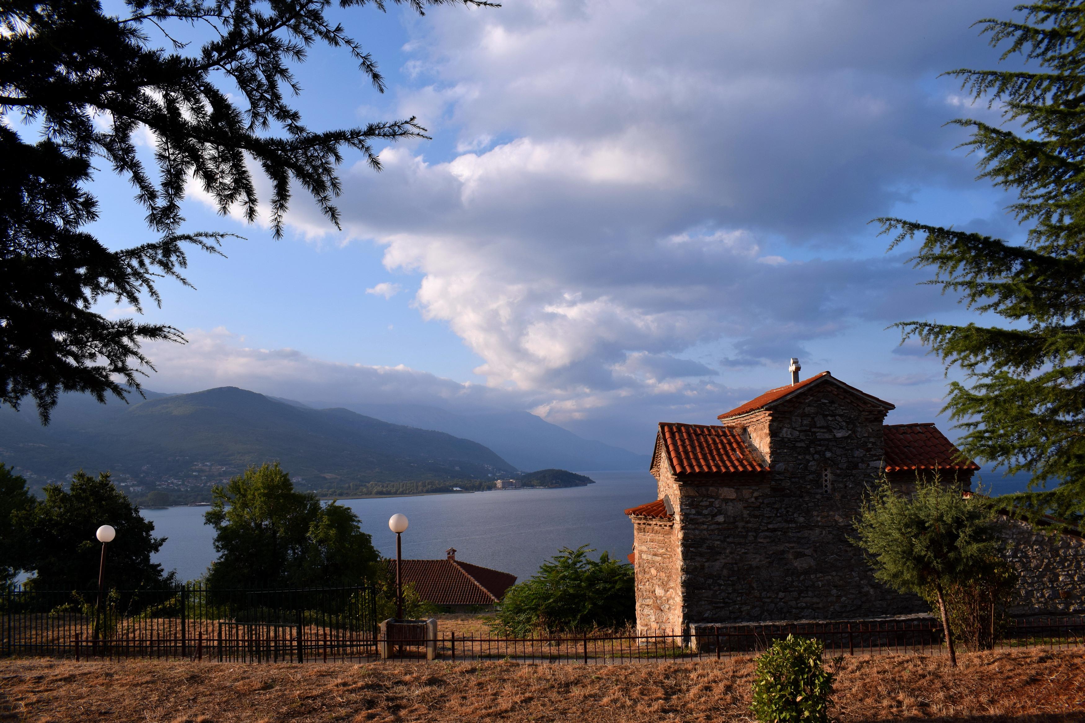 Ez igaz is, de Ohridban minden templom ebben a bizánci stílusban épült. (Nem feltétlenül azért, mert egyszerre épültek, csak tetszett nekik ez a stílus.)