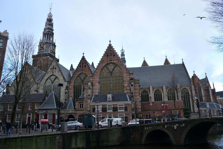 Az Oude Kerk, mint neve is sejteti, a legrégebbi templom Amszterdamban.