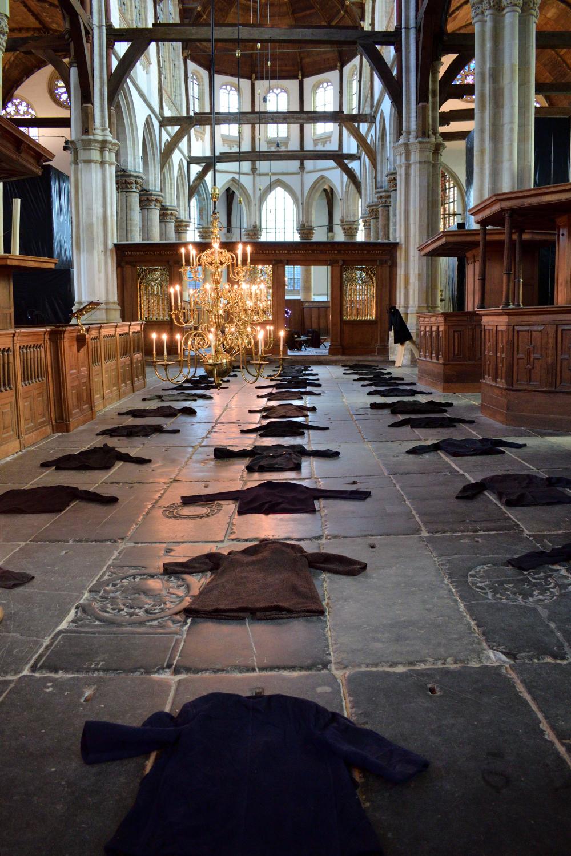 A kiállítás lényeges elemei a templom közepén kiterített különböző méretű kabátok, melyek a múlandóságot hivatottak szimbolizálni.
