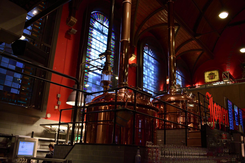 A templom, a sörfőző üzem, és a kocsma hangulatának keveredése érdekes összhatást eredményez.