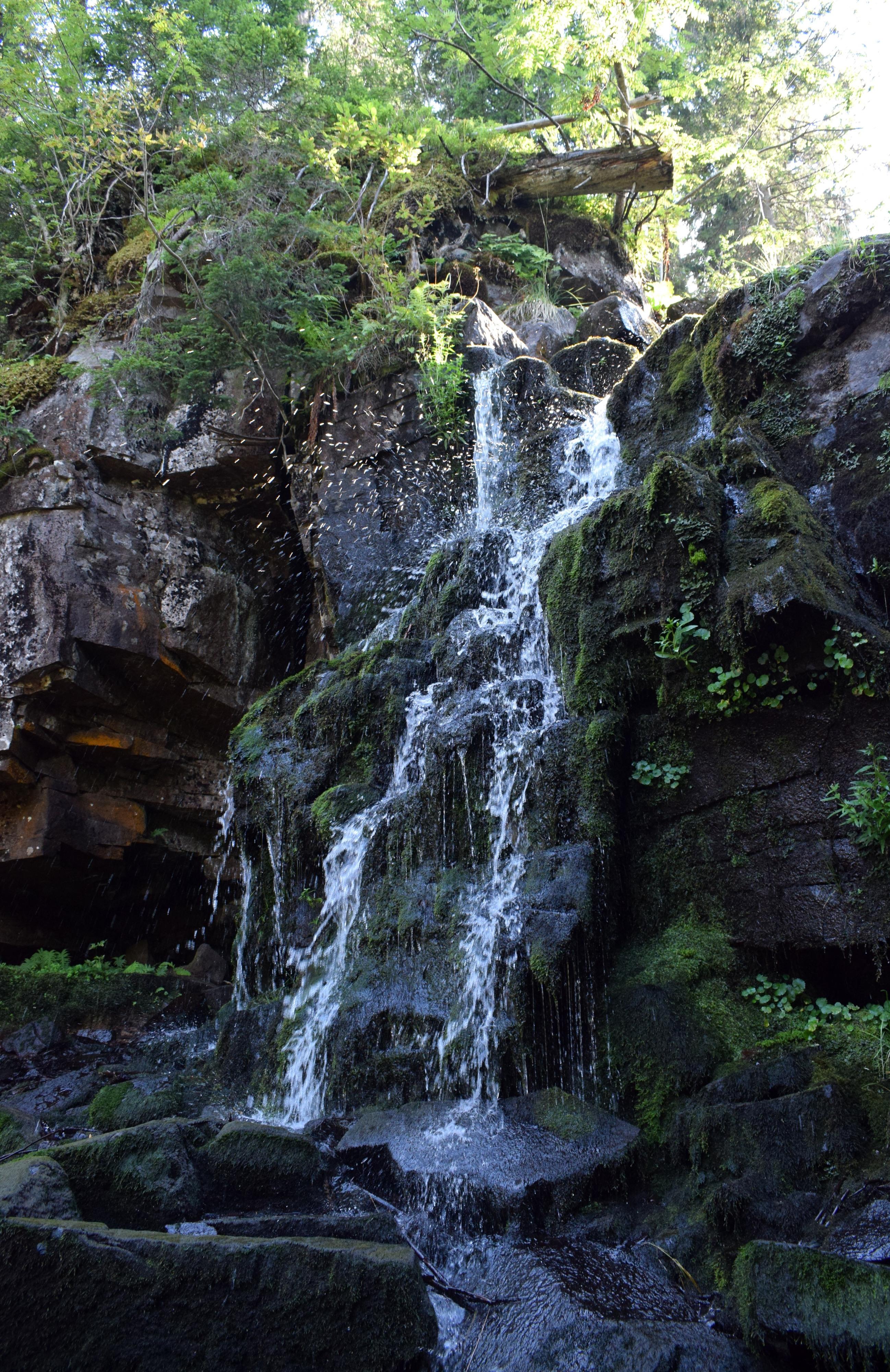 A Szökő Vízesés ahogy rengeteg ággal lezuhan a szikláról lélegzetelállító látványt nyújt.
