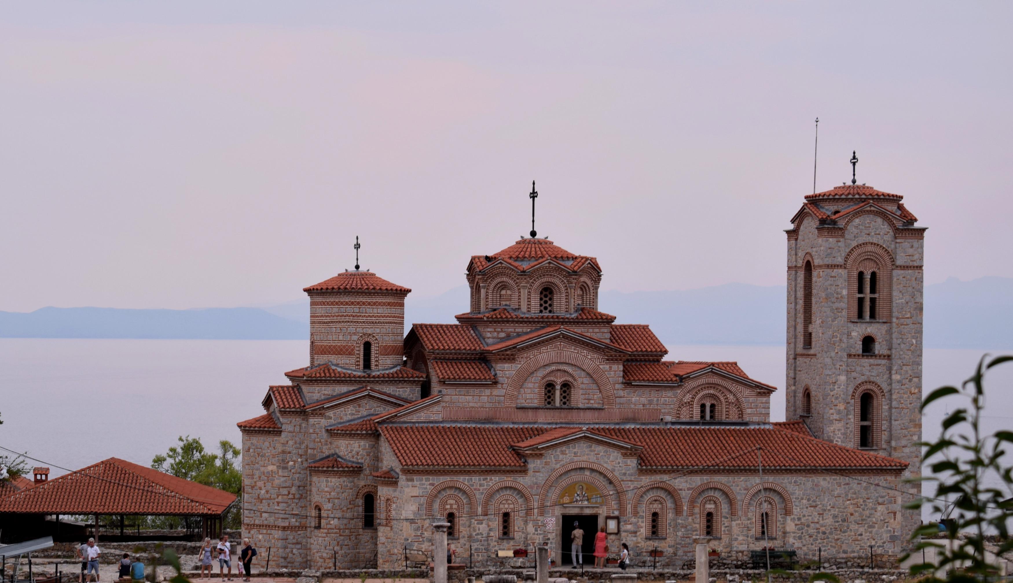 A Sveti Kliment Ohridski Orid legnagyobb temploma, de meglepő módon kívülről különlegesebb látványt nyújt mint belülről. Bár ennek jelenleg az az oka, hogy kívülről teljesen renoválták már, belül, pedig nagyon kevés freskót tudtak megmenteni (ezek azért nagyon szépek), így a fal nagy része fehér. (Ami egy protestáns templomnál természetes lenne, de egy ortodoxnál nagyon furcsa, viszont lehet, hogy idővel ezeket is visszaállítják.)