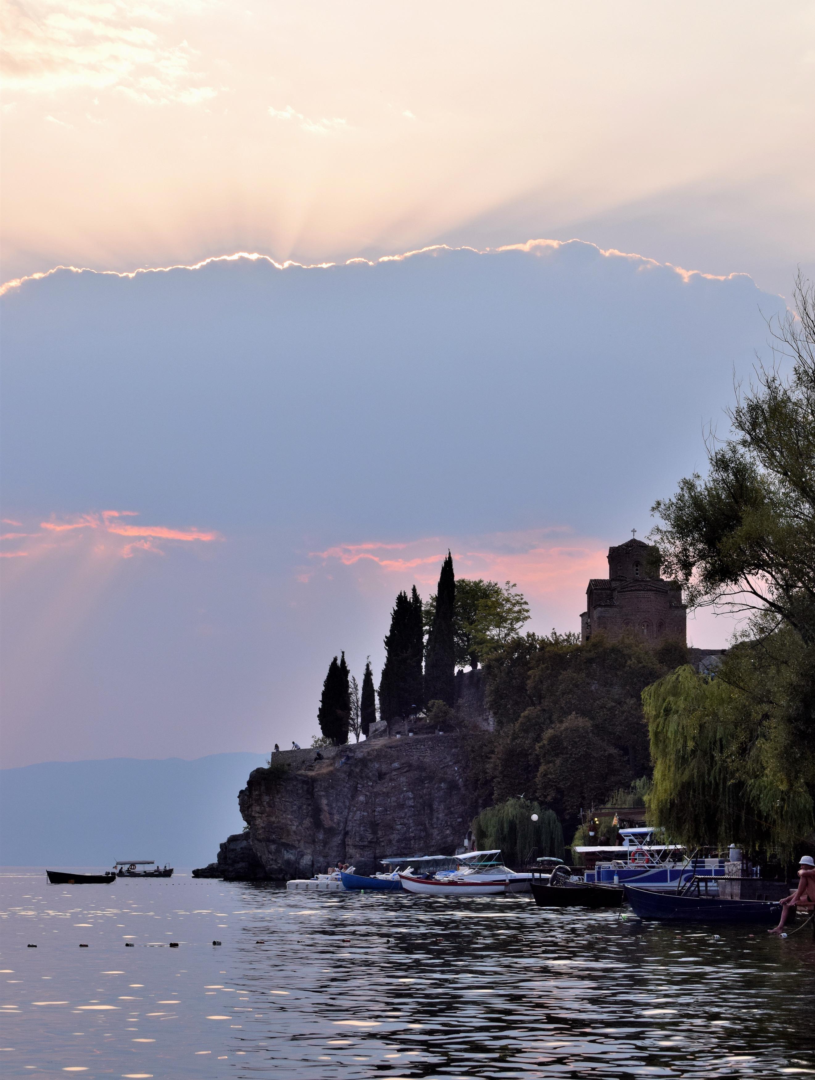 A St. Jovan Kaneo közvetlenül a parton található, gyönyörű kilátás nyílik mellőle, illetve bemenni is érdemes, ugyanis itt rengeteg eredeti freskó maradt meg, amik gyönyörűek. (Illetve, ha valaki nem annyira szeret városnézés címén templomokat végigjárni, ez egy kifejezetten kicsi, így biztosan nem válik unalmassá. Ha egy templomba akar valaki bemenni Ohridban, én mindenképp ezt ajánlanám.)