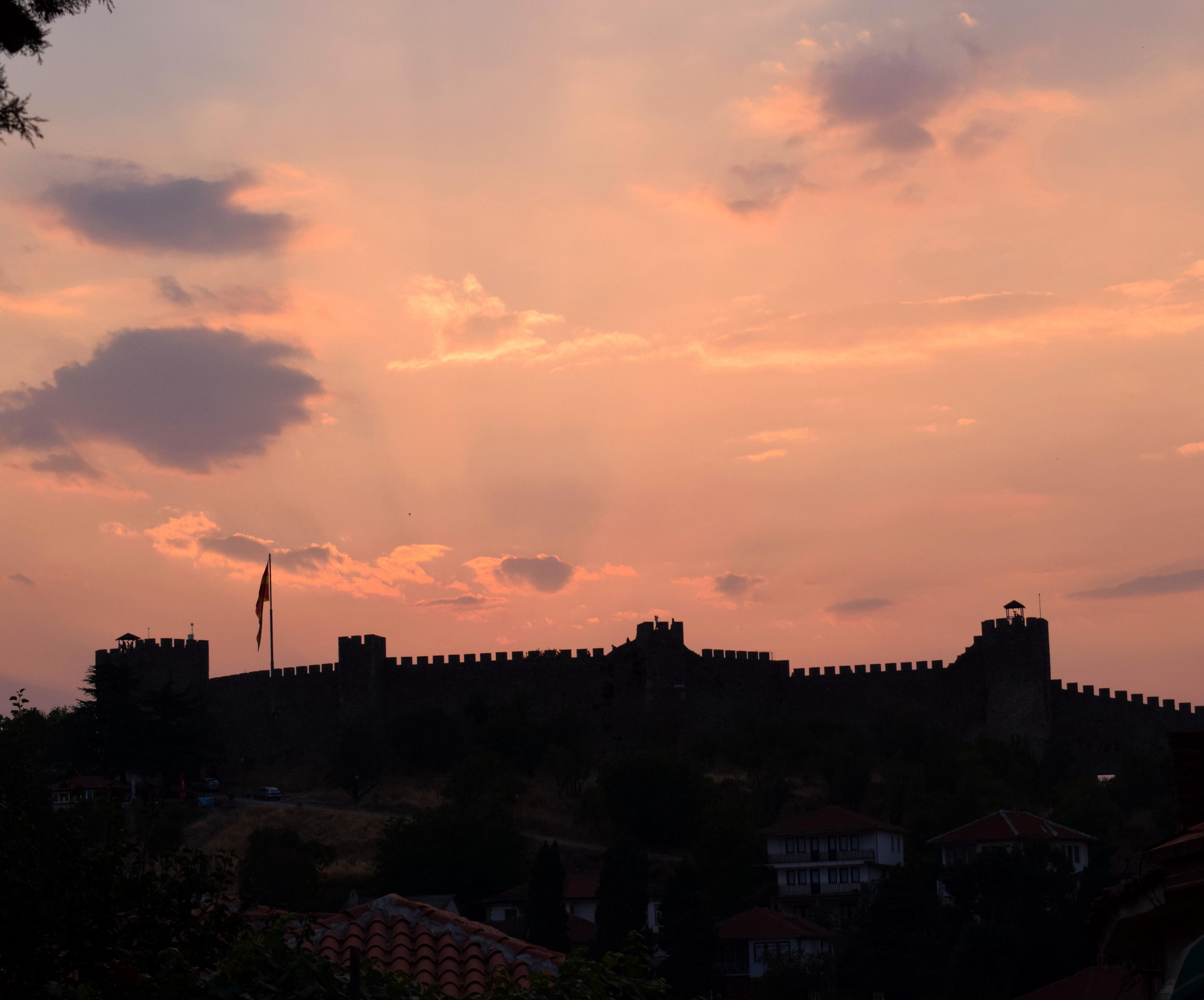 A vár nagyon szép kívülről, és nem mondom, hogy nem érdemes felmenni, mert Macedóniában tényleg nagyon olcsó a belépőjegy mindenhova. Ugyanakkor bár szép a kilátás de nem sokkal jobb, mintha bejárjuk a várost. Ezenkívül pedig csak a várfalak vannak, amik szépek, de azért annyira nem különlegesek, ha az ember járt már várban. Viszont idegenvezetéssel biztosan jobb, de sajnos nem tudom, hogy van-e ott, helyileg a várban, vagy ehhez egy teljes ohridira be kell fizetni (ami egyébként biztos szintén érdekes).