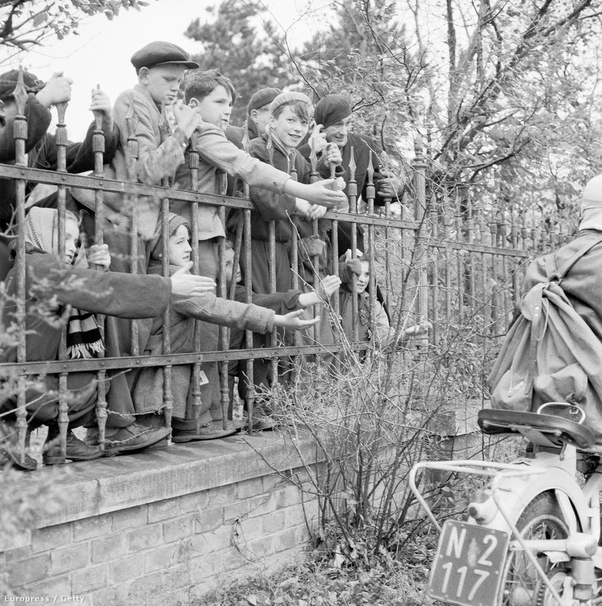 Az osztrák szövetségi kormány már az 1956. október 28-i rendkívüli minisztertanácsi ülésen döntött: minden magyarnak menedékjogot ad, bármi legyen is menekülésük indítéka. Megállapodtak, hogy az osztrák határt átlépő katonai személyeket lefegyverzik, a menekülteket pedig táborban helyezik el. A fotón magyar menekült gyerekek láthatóak az egyik osztrák táborban. <br />Forrás: index.hu<br />Fotó: Imagno / Europress / Getty
