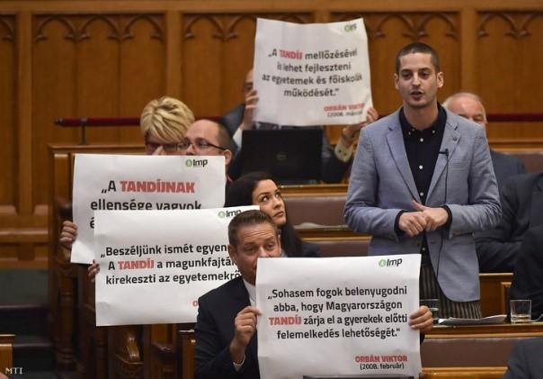 transzparens_parlament.jpg