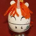 Húsvéti tojások a kicsilyány kezéből