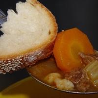 Krumplis-kovászos kenyér gulyáslevessel