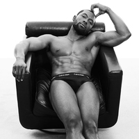 Egy szál kisgatyában az Oscar díjas színész a Calvin Klein kampányban