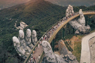 Hatalmas emberi kezek tartják ezt a gyönyörű hidat