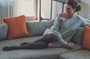 Újra divat a pulóver ruha és a combzokni!