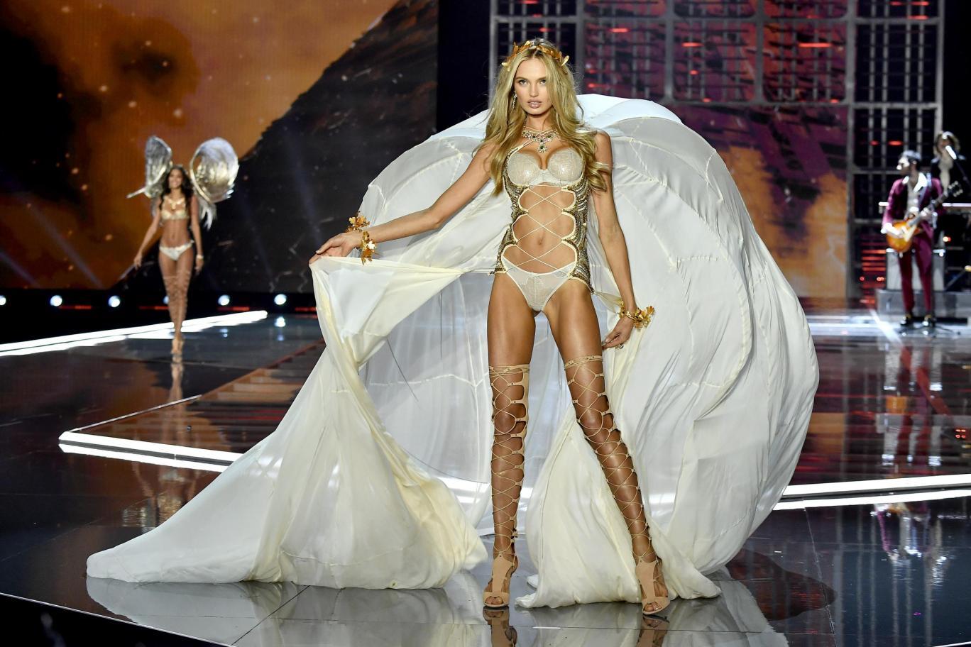 A képre kattintva tudod végiggörgetni a bemutatót. Jó nézelődést  ).  Forrás  HarpersBazaar. fehérnemű szexi divatbemutató Victorias Secret b3cd1e7211