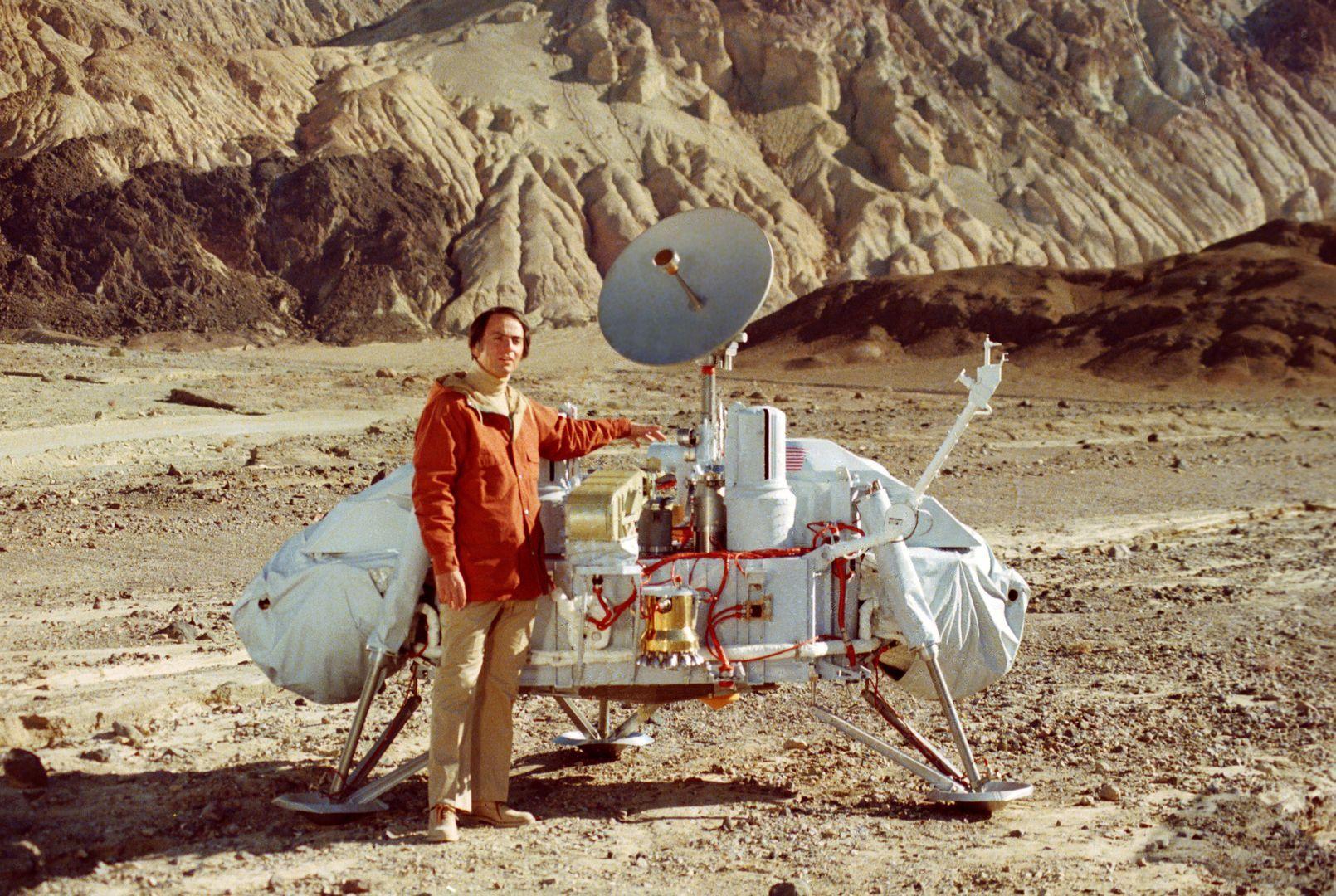 Carl Sagan, a híres csillagász, asztrobiológus, író a Viking leszálló egységével a kaliforniai Death Valley-ben