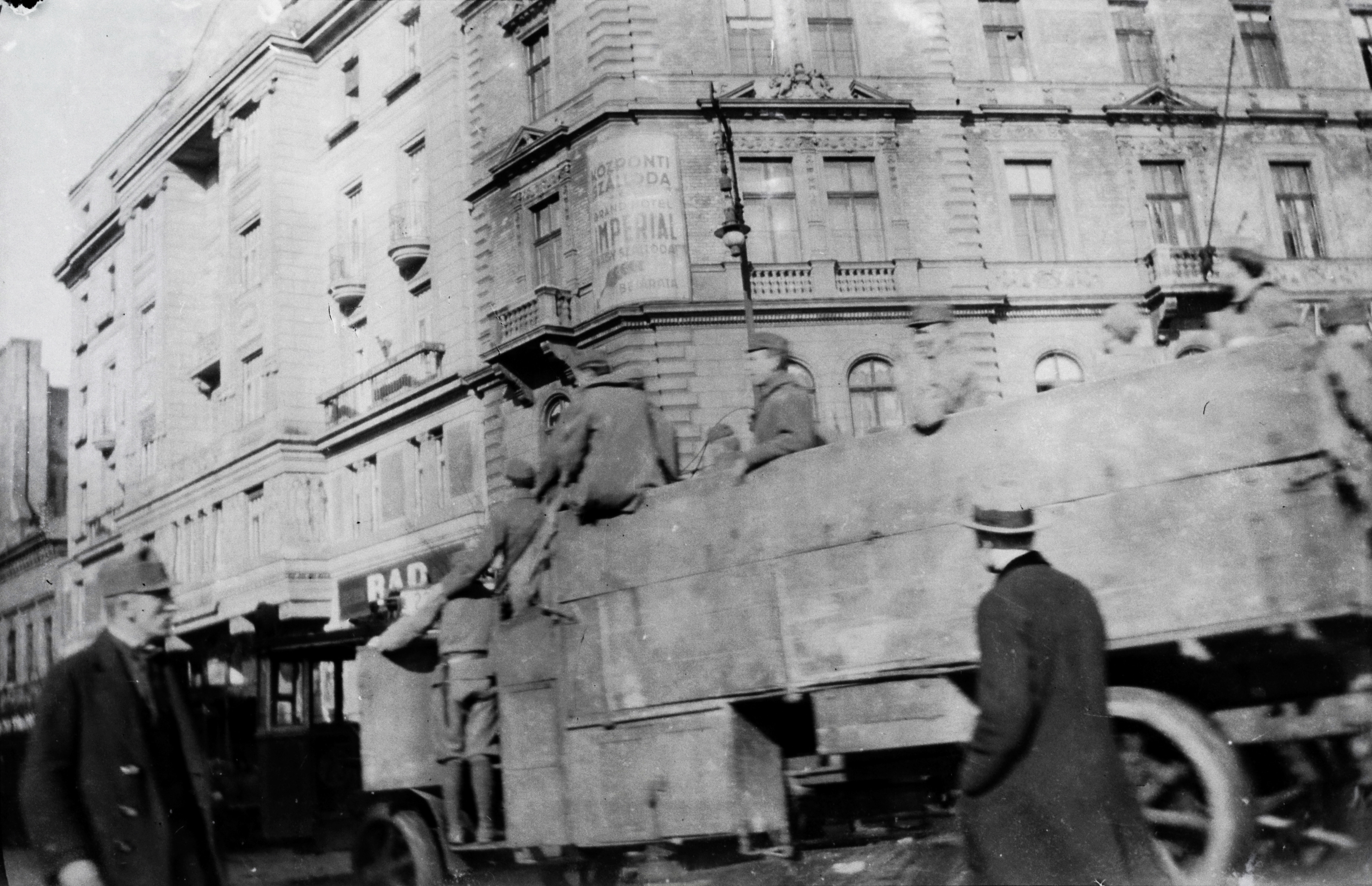 1919. Magyarország, Budapest VII. Rákóczi út - Baross tér sarok, háttérben balra az Imperial nagyszálló, jobbra a Központi Szálloda (később Szabadság szálló).