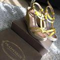 Pakolgatom a nyári cipők helyére az őszieket, télieket. Kezembe került az egyik