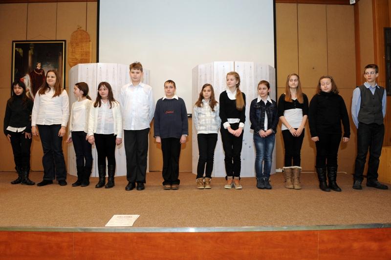 A Bod P. Könyvtárhasználati verseny résztvevői a díszterem emelvényén 2013-03-22_07.JPG