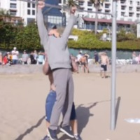 Idős bácsi iskolázta le a tengerparti street workout-osokat