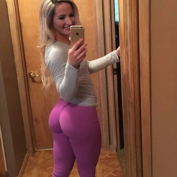 girls_in_yoga_pants_02.jpg