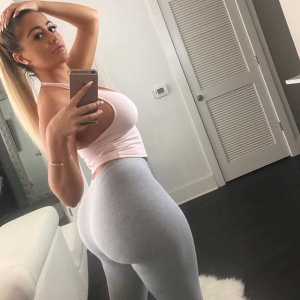 girls_in_yoga_pants_03.jpg