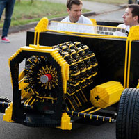 Működőképes életnagyságú LEGO autó