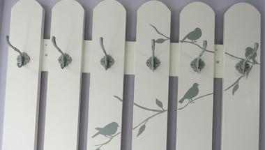 Előszoba fogas felújítása dilemmákkal és madárkákkal