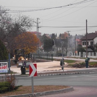 Önkormányzati szívatás: A diósdi úti körforgalom befejezése helyett játszótéri parkolót építenek