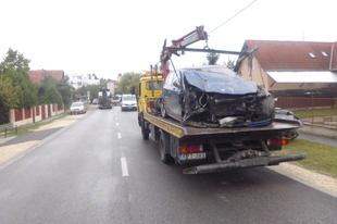 BRUTÁLIS BALESET ÉRDEN! Egy BMW-s letarolt egy buszmegállót és egy villanyoszlopot