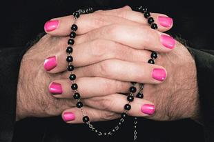 HOPPÁ! Toleránsabb lesz a katolikus egyház a melegekkel, és több nőt akarnak a szervezetbe!