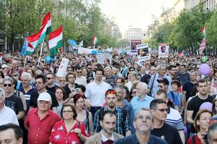 Ismét több tízezren tüntettek a kormány ellen, köztük sok érdi is! A következő tüntetés május 8-án lesz Budapesten.