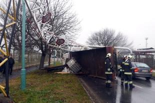 Képek, a tegnapi teherautó-balesetről, a sofőr nem vette figyelembe a magasság korlátozást
