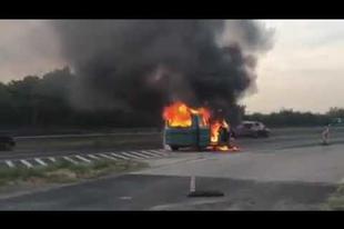 DURVÁN ÉGETT EGY AUTÓ AZ ÉRDI EMELKEDŐNÉL! Mutatjuk, ahogy teljesen kiégett (VIDEÓN!)