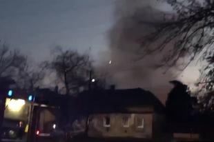 KIGYULLADT EGY LAKÓKOCSI ÉRDEN, KETTEN MEGSÉRÜLTEK! Átterjedt a szomszédba is a tűz