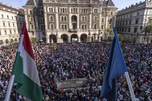 A lakájmédia vérszomjas riogatása ellenére rendben végetért az első nagyobb kormányellenes tüntetés. A szavazatok újraszámlálását, szabad sajtót, új választási törvényt követeltek