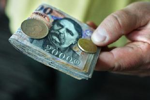 ÉRDIEKNEK IS JÖN ARADSZKIÉK VÁLASZTÁSI LÓVÉJA! 9000 a nyugdíjasoknak, 54 ezer a közmunkásoknak