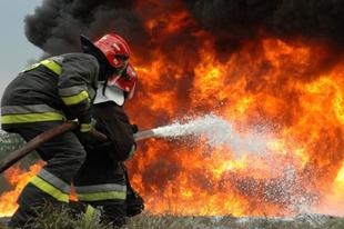 ÁLL A BÁL A LÁNGLOVAGOKNÁL IS:  Elegük van a tűzoltóknak a rengeteg túlórából