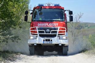 AZ ÉRDI TŰZOLTÓK MEGINT ROHANTAK: Lesodródott egy autó az M6-oson Százhalombattánál