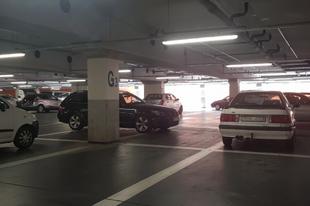 BUNKÓ VAGY MŰSZAKI HIBÁS PARKOLÁS ÉRDEN! Leparkolt a BMW-s az érdi áruháznál
