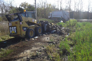 MUNKAGÉPEKKEL ESTEK NEKI: 9 tonna illegális hulladékot takarítottak el