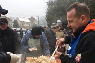 ÉRDI SEGÍTŐK: Finom halétellel és forralt borral kedveskedtek a rászorulóknak
