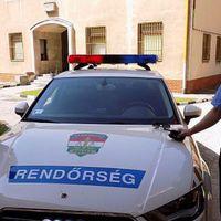 Szolgálunk és védünk: rendőrök segítettek egy kisgyermekes anyának kereket cserélni