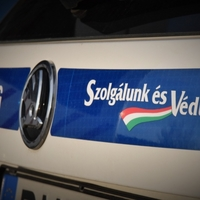 Összeütközött és az árokba csapódott két autó az M1-esen, Győrnél