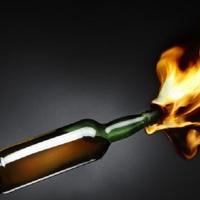 A féltékenységből Molotov-koktélt dobott a házra