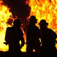Kiégett egy autó ma este Győrben