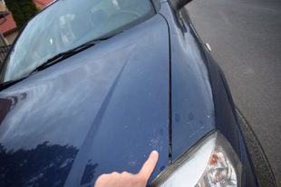 ELGÁZOLTAK EGY 13 ÉVES FIÚT GYŐR KÖRNYÉKÉN: Egy jármű takarásából lépett az autó elé