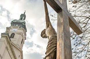 Újabb köztéri műalkotással gyarapodik Győr: A Mindenki Krisztusával
